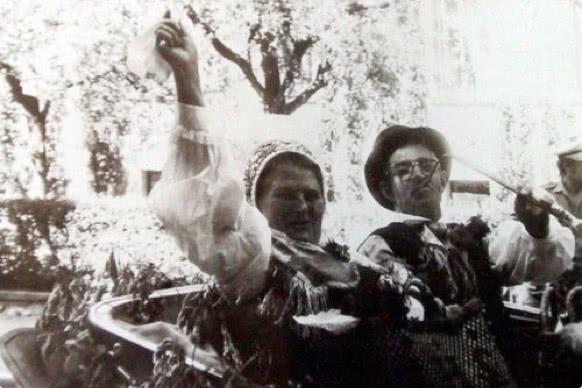 Ata Franc in mama Marija (Mici) v narodni noši.